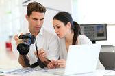 Reunión de trabajo en la agencia de fotografía — Foto de Stock
