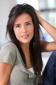 портрет привлекательной молодой женщины, отдыхаете дома — Стоковое фото