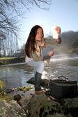 Tests de qualité de l'eau naturelle de femme — Photo