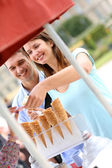 Couple in park eating ice cream cones — Stock Photo