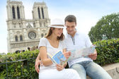 Tourist sitting in front of Notre Dame of Paris Cathedral — Stockfoto