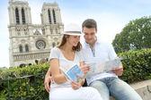Turist sitter framför notre dame av paris katedralen — Stockfoto