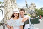 Turista seduto di fronte a notre dame della cattedrale di parigi — Foto Stock