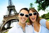 Divertente coppia di fronte alla torre eiffel — Foto Stock
