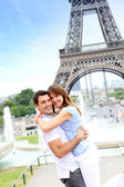 Couple romantique embrassant devant la tour eiffel — Photo