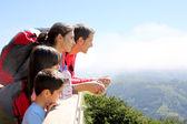 Familj på en trek dag i berget tittar på utsikten — Stockfoto