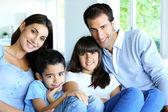 Aile evde kanepe rahatlatıcı — Stok fotoğraf