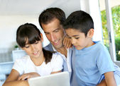 Websurfing padre e hijos en tableta digital — Foto de Stock