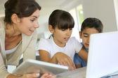 Edukacja i nowe technologie w szkole — Zdjęcie stockowe