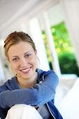 Portret van mooie tiener meisje dragen blauwe trui — Stockfoto