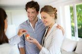 Coppia giovane felice ottenendo le chiavi della loro nuova casa — Foto Stock