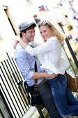 Jonge in liefde paar omhelzen elkaar in de stad — Stockfoto