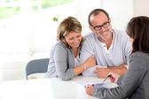 Senior koppel ondertekening financiële overeenkomst — Stockfoto