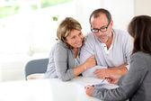 Signature contrat financier de couple de personnes âgées — Photo