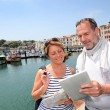 Senior couple using digital tablet to find city tour - Foto Stock