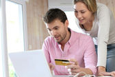 Couple using credit card to shop online — Foto Stock