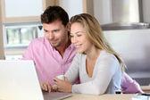Glückliches Paar Websurfing auf Laptop-Computer zu Hause — Stockfoto