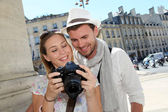 Couple profitant de prendre des photos lors d'une visite de ville — Photo