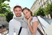 Couple souriant faire shopping à bordeaux — Photo
