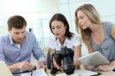 オフィスで働く写真記者チーム — ストック写真