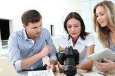 Equipo de foto reporteros trabajan en of — Foto de Stock