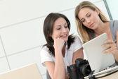 在与平板电脑的办公室工作的女性摄影师 — 图库照片