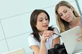 Fotógrafos de mujeres trabajando en la oficina con tablet — Foto de Stock