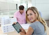 Mulher bonita no escritório usando tablet eletrônico — Foto Stock