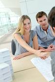 Para drżenie ręki do agenta nieruchomości w biurze — Zdjęcie stockowe