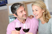 Couple heureux dans la cuisine, boire du vin rouge — Photo