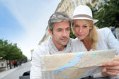 Middle aged couple looking at city map — Stock Photo