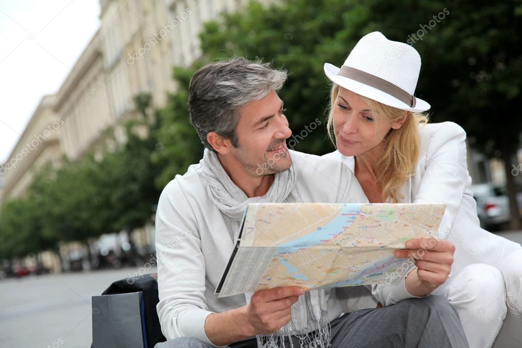 Middle aged couple looking at city map — Stock Photo #13943538