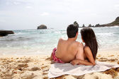 Back view of couple looking at the sea — Stock Photo