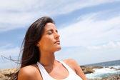 女子坐在岩石中健身服装 — 图库照片