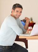 Adam evde internet üzerinde dizüstü bilgisayar ile bağlı — Stok fotoğraf