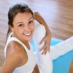 güzel bir kadın spor salonunda egzersiz — Stok fotoğraf