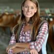 femme d'agriculteur souriante debout dans la grange — Photo