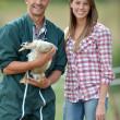 souriant couple d'éleveurs de canard debout à l'extérieur — Photo