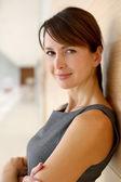 Portret elegancki kobieta stojąc w korytarzu — Zdjęcie stockowe