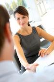 Interviewer schudden hand aan toekomstige werknemer — Stockfoto