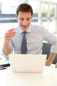 Empresario delante del ordenador portátil leer buenas noticias — Foto de Stock