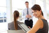 Affärskvinna behandlande företagspresentation — Stockfoto
