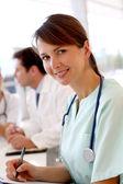 在医院里,在后台工作的吸引力护士 — 图库照片