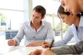 Zakelijke partners contractuele documenten ondertekenen — Stockfoto