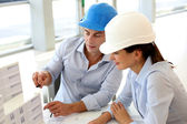 Architecten werken op project in office — Stockfoto