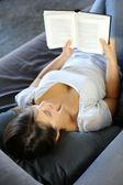 Retrato de libro de lectura hermosa mujer en sofá — Foto de Stock