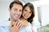 Portret van echtpaar dat thuis — Stockfoto