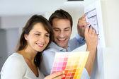 пара, выбирая цвет краски для их нового дома — Стоковое фото