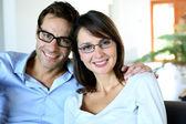 Uśmiechający się para, noszenie okularów — Zdjęcie stockowe