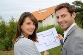 Couple cherche à leur nouvelle maison construite — Photo